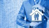 Uomo d'affari protezione famiglia — Foto Stock
