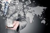 Homme d'affaires détenant téléphone intelligent et envoyer des courriels — Photo