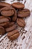 Ahşap zemin üzerinde kahve çekirdekleri — Stok fotoğraf