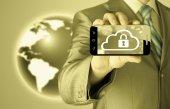 Muž drží chytrý telefon s oblak bezpečnostní koncepci na bílém pozadí — Stock fotografie