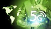 Empresario sosteniendo en las manos 5g — Foto de Stock