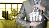 Protegendo a família de empresário — Fotografia Stock