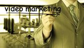Hombre escribiendo vídeo marketing — Foto de Stock