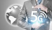 Empresário, segurando nas mãos de 5g — Fotografia Stock