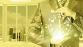 Часы холдинг бизнесмен — Стоковое фото