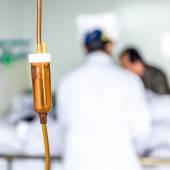 Hasta ve doktor hastanede infüzyon şişeyle closeup — Stok fotoğraf