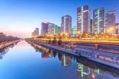 Wolkenkrabbers - kantoorgebouwen in het centrum van Beijing op zonsondergang tim — Stockfoto