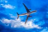Airplane overhead flying — Stock Photo