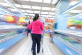 Supermarket aisle,motion blur — Foto de Stock