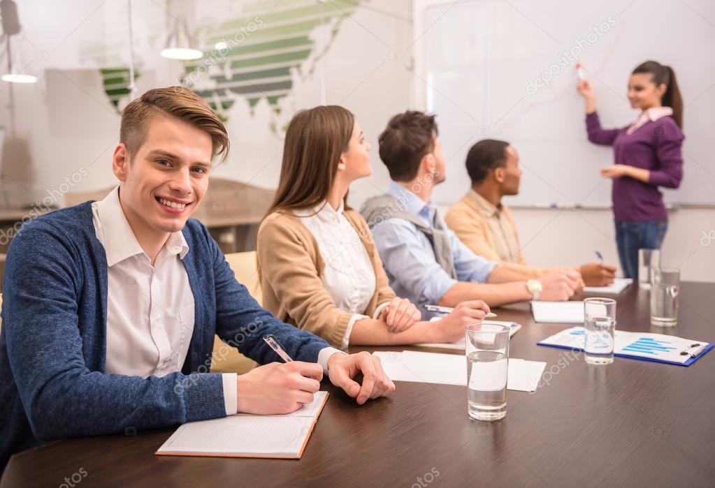 信心十足的商业女人在办公室与团队会议– 图库图片