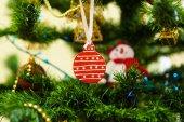 クリスマス ツリーにクリスマスとお正月のおもちゃ — ストック写真