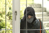 Burglar breaking in a house — Stock Photo
