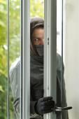 Ladro di rottura in una casa — Foto Stock