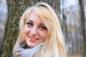 Portrait beautiful woman in autumn park — Foto Stock