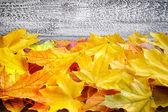 Podzimní listí nad staré dřevěné pozadí. kopie prostor — Stock fotografie