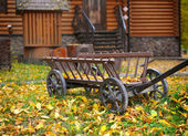 Vintage wooden cart in the yard in the autumn — Foto Stock