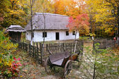Ukrainian Museum of Life and Architecture. Ancient hut with a straw roof and wooden cart — ストック写真