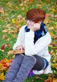 书在秋天公园里的漂亮女孩 — 图库照片