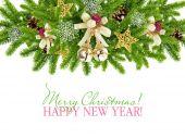 Jul sammansättning är med grenar av Gran och dekorationer på vit bakgrund — Stockfoto