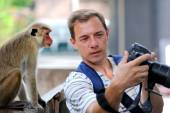 Photographer shows a monkey photo shoot — Stock Photo