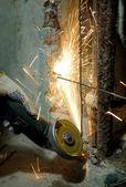 Trabajador cortar metal con molinillo — Foto de Stock