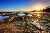 Golden Sunrays stretch across the reefs at sunset — Stock Photo