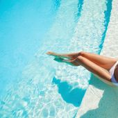 Beautiful woman legs in swimming pool. — Stock Photo
