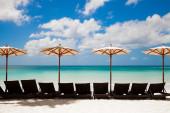 Turquoise sea, deckchairs, white sand and beach umbrellas. Calmn — Stock Photo