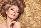 Fashion Beauty Girl Lying On Golden Glitter. — Stock Photo
