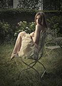 Bir sandalyede oturup güzel bir kadın — Stok fotoğraf