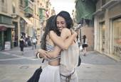 The hug every friend needs — 图库照片