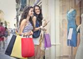 Two friends doing shopping — Stockfoto