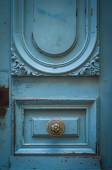Brass Door Handle On A Rustic Blue Door — Stock Photo