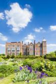 Hatfield House with garden, Hertfordshire, England — Stock Photo