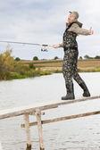 Gölet iskelede balık kadını — Stok fotoğraf