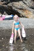 Little girl on the beach at sea ready for snorkeling — 图库照片