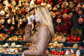 Woman drinking hot wine at Christmas market, Vienna, Austria — Stockfoto