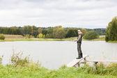 žena rybolov na molu u rybníka — Stock fotografie