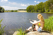 Jovem pesca em lagoa — Fotografia Stock