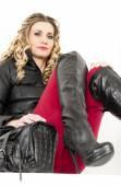 女人穿着时髦的衣服和靴子 — 图库照片