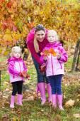 Mãe e suas filhas em vinhedo outonal — Fotografia Stock