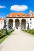 Valdstejnska Garden and Prague Castle — Stock Photo
