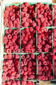 Raspberries, market in Nyons, Rhone-Alpes, France — Stock Photo