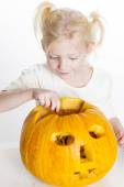 Little girl carving pumpkin for Halloween — Stock Photo