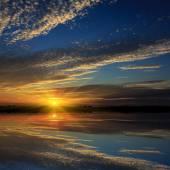 Pěkný západ slunce nad vodou — Stock fotografie