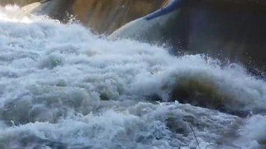 The water passes through the dam — Stock Video