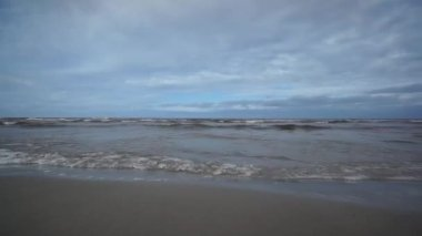 Baltic Sea quietly splashing in the resort area of Jurmala. — Stock Video