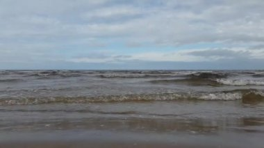 Baltic Sea quietly splashing in the resort area of Jurmala. — Vídeo de stock