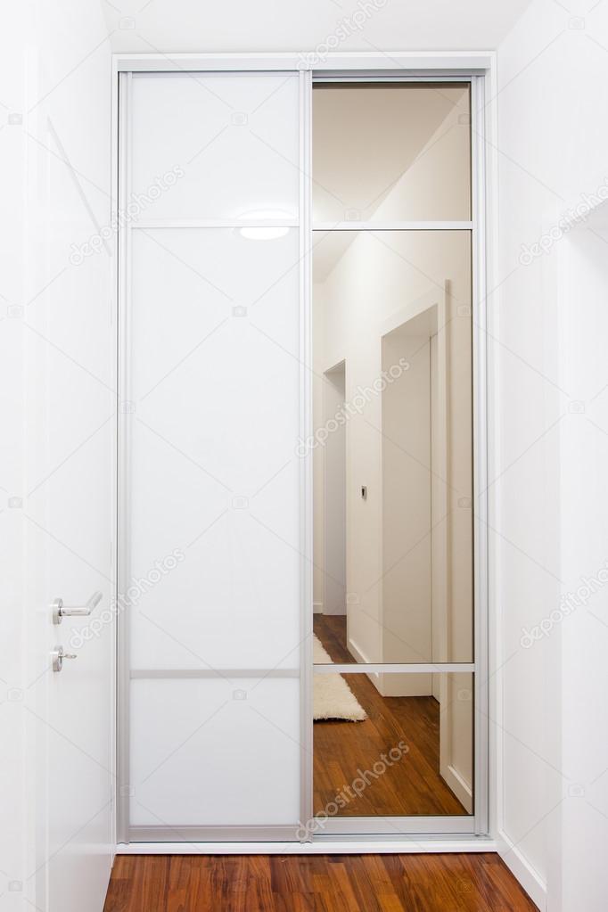 Moderne weiß Schrank mit Glas-Schiebetür — Stockfoto © ico000 ... | {Küchenschrank modern mit glas 60}