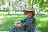 Woman relaxing in the park — Stockfoto